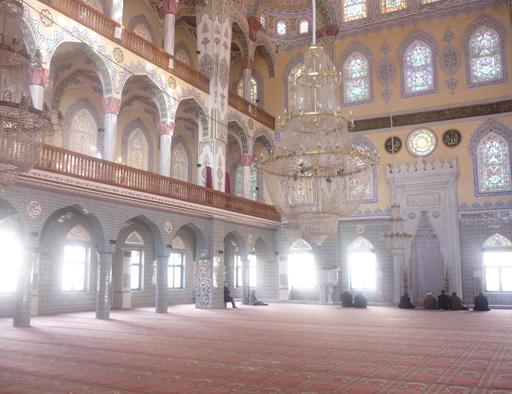 Türkiyede mimarisine ender rastlanan Of Merkez Camii 500 m2 zemin 250 m2 2 kat tan oluşmaktadır toplam 72 ad Arp 150 hoparlör kullanılmıştır. 2*1000 Watt 2 ad power 2*500 watt power olmak üzere 3 adet powerle desteklenmiştir.