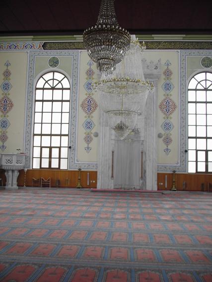 Çamburnu Camii 300 m2 ve 36 m kubbe uzunluğu ile mimari yapısı İstanbul Ortaköy Mecidiye Camisine benzetilmiştir. Orta avizeye koyuşlan gizli hoparlörlerle orta alandaki ölü sesin canlandırılması sağlanmıştır.